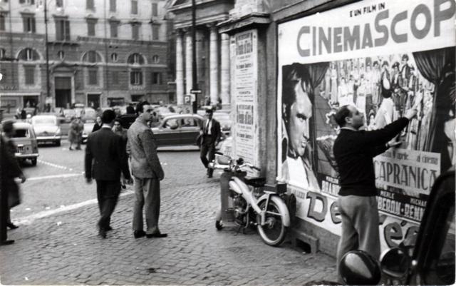 Mimmo Rotella in Piazza del Popolo a Roma negli anni Cinquanta