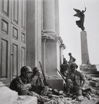Soldati americani a Troina, nei pressi della cattedrale di Maria Santissima Assunta, dopo il 6 agosto 1943 Photograph by Robert Capa. © International Center of Photography/Magnum – Collection of the Hungarian National Museum